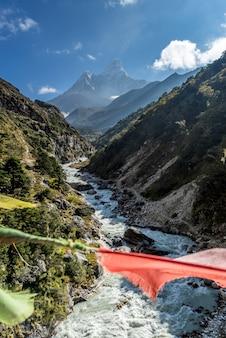 Prachtig uitzicht op de berg ama dablam met prachtige lucht op weg naar everest basiskamp, ne