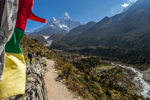Prachtig uitzicht op de berg ama dablam met prachtige lucht op weg naar everest basiskamp
