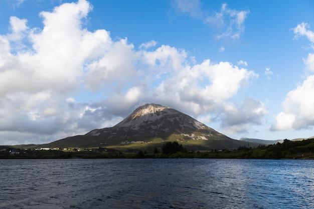 Prachtig uitzicht op de berg errigal co. sligo ierland vanaf het meertje