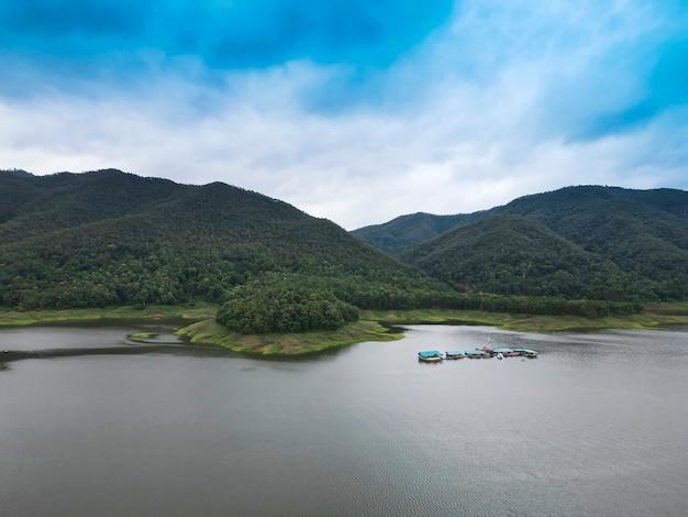 Prachtig uitzicht op de bergen, de rivier en de lucht