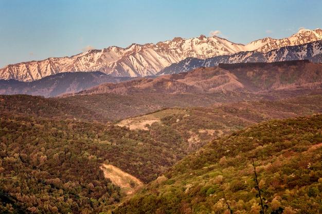 Prachtig uitzicht op de bergen in het roze licht van de zonsondergang.