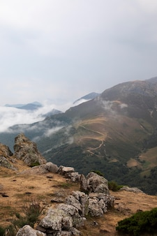 Prachtig uitzicht op de bergen met bewolkte lucht