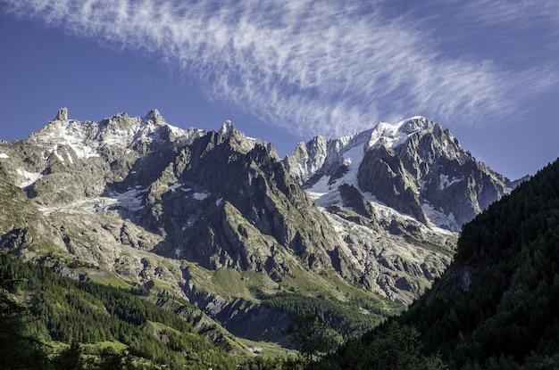 Prachtig uitzicht op de bergen op een zonnige dag