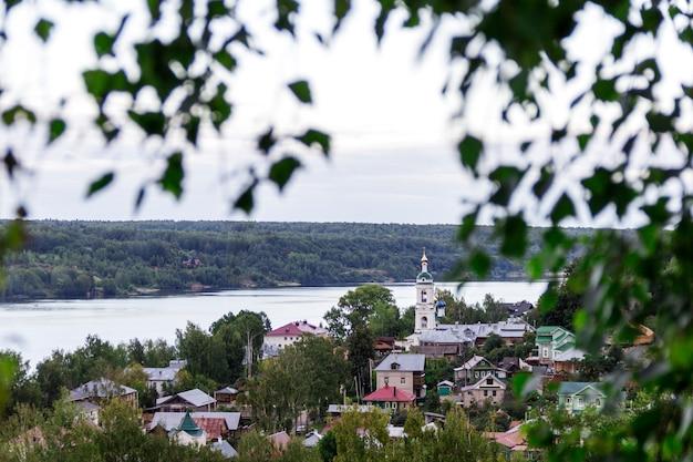 Prachtig uitzicht op de bergen van huizen weg de rivier