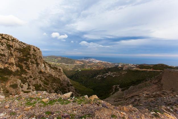 Prachtig uitzicht op de bergen zee in tetouane marokko, marokko, cloudscape