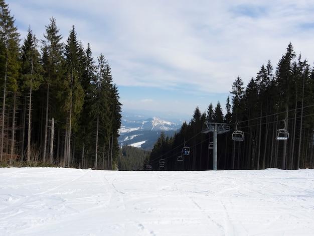 Prachtig uitzicht op de bergketen en het bergresort van de kabelbaan