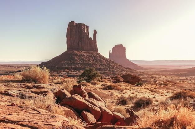 Prachtig uitzicht op de beroemde buttes van monument valley op de grens tussen arizona en utah, usa
