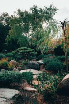 Prachtig uitzicht op de betoverende natuur in de traditionele japanse adelaide himeji gardens