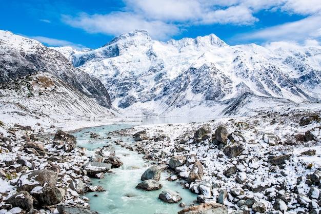 Prachtig uitzicht op de blauwe turquoise rivier in hooker valley track. mount cook national park.
