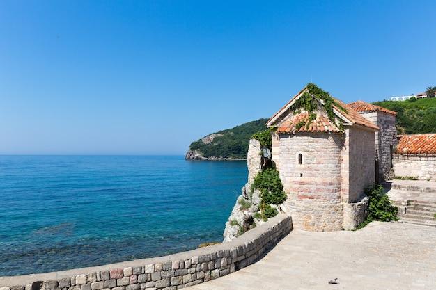 Prachtig uitzicht op de blauwe zee met oude bakstenen toren