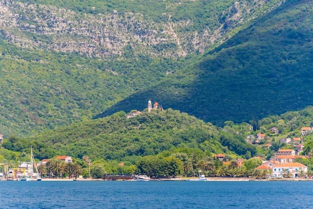 Prachtig uitzicht op de boka-kotorska-baai