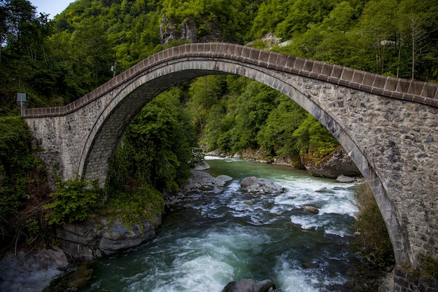 Prachtig uitzicht op de brug gevangen in dorp arhavi kucukkoy, turkije