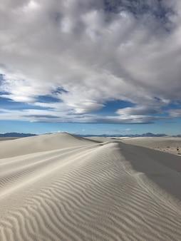 Prachtig uitzicht op de door de wind meegevoerde zandduinen in de woestijn in new mexico