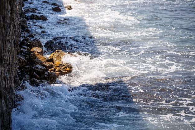 Prachtig uitzicht op de golven van de zee op een zonnige zomerdag. onrustige zee. hoge kwaliteit foto