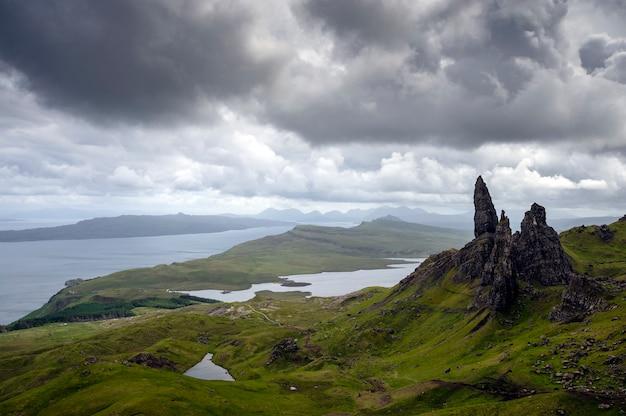 Prachtig uitzicht op de groene heuvels oude man van storr met zijn meren en zee. skye island. schotland