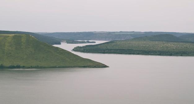 Prachtig uitzicht op de grote kloof met de buigende rivier binnen in de avond