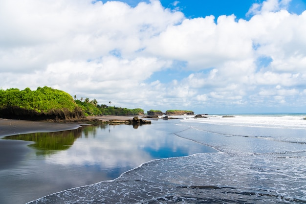 Prachtig uitzicht op de hemel van palmbomen en de kust van een prachtig eiland, indonesië