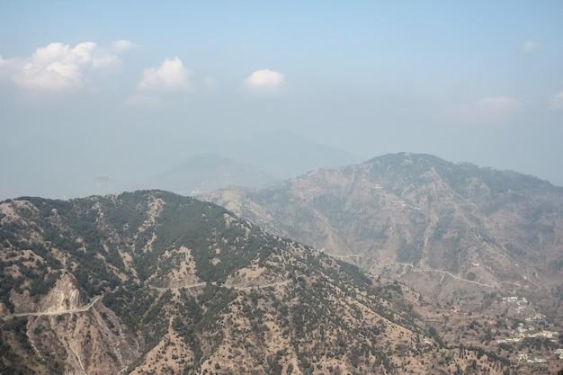 Prachtig uitzicht op de himalaya-bergen vanaf de kunjapuri-tempel uttarakhand india