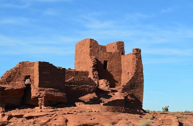 Prachtig uitzicht op de historische ruïnes van de rode rotswoning.