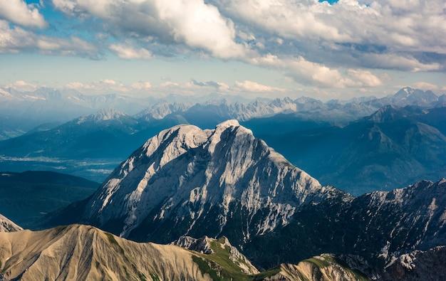 Prachtig uitzicht op de hoge bergen en heuvels begroeid met hoge dennenbomen