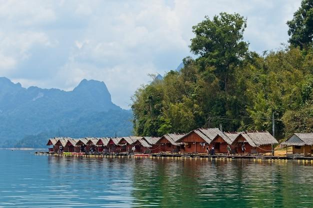 Prachtig uitzicht op de houten hutten over de oceaan gevangen in thailand