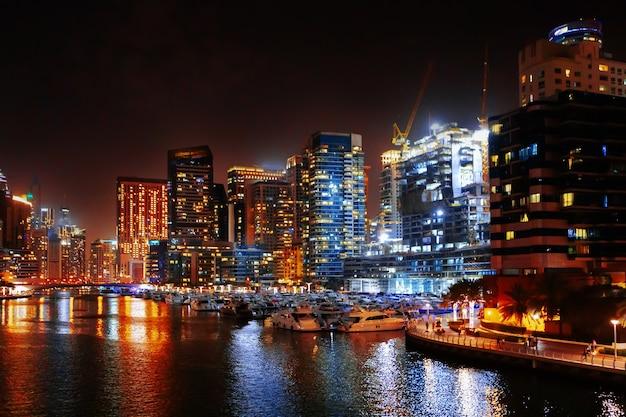 Prachtig uitzicht op de jachthaven van dubai 's nachts?