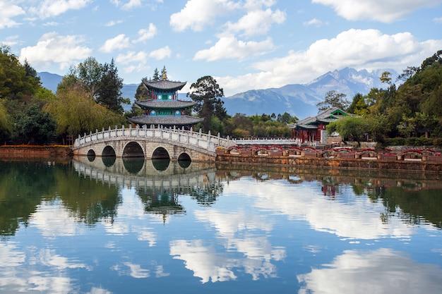 Prachtig uitzicht op de jade dragon snow mountain en de suocui-brug