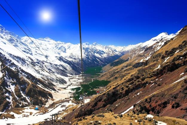 Prachtig uitzicht op de kabelbaan in de bergen. elbrus