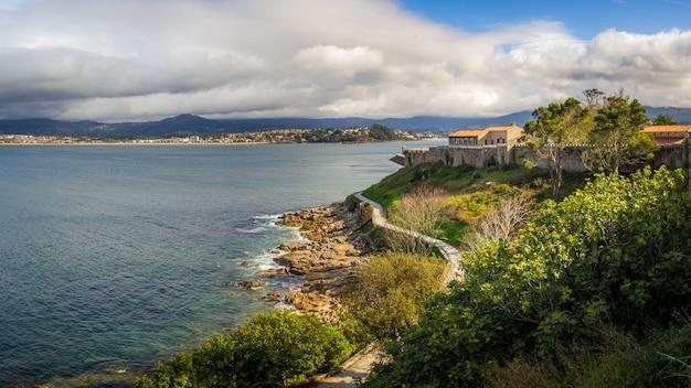 Prachtig uitzicht op de kalme zee nabij de gemeente bayona in spanje