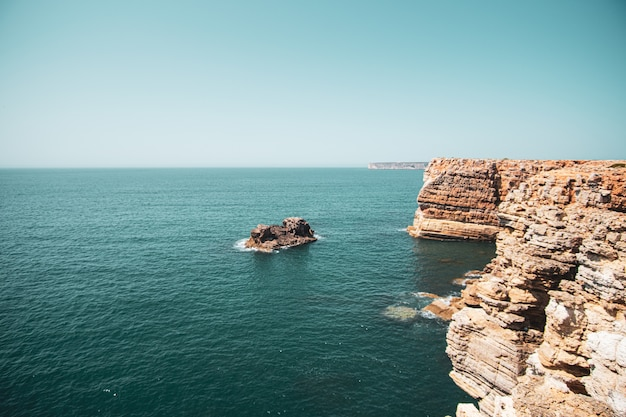 Prachtig uitzicht op de kliffen en de zee onder de blauwe lucht
