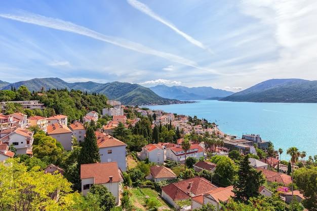 Prachtig uitzicht op de kustlijn van herceg novi in montenegro.