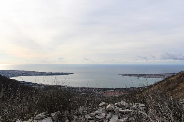 Prachtig uitzicht op de lente van de baai van de badplaats gelendzhik vanaf de top van de bergen