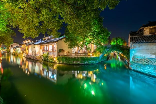 Prachtig uitzicht op de nacht van zhouzhuang, een oude stad in de provincie jiangsu