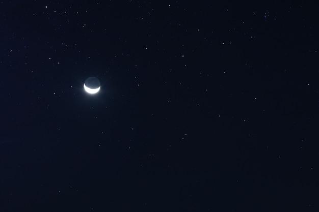 Prachtig uitzicht op de nachtelijke hemel met nieuwe maan en sterren