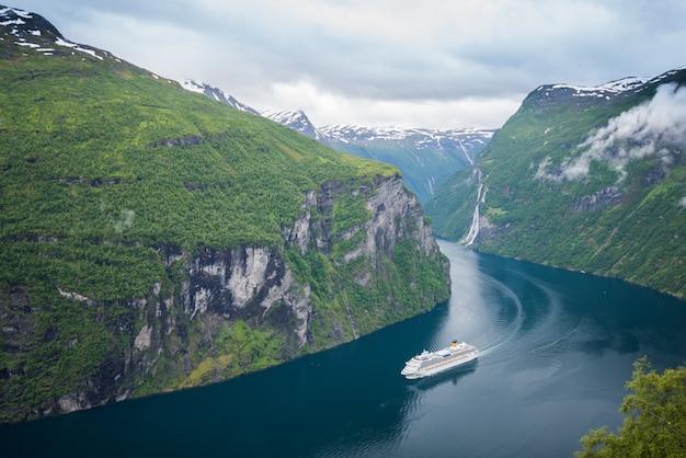 Prachtig uitzicht op de noorse fjord