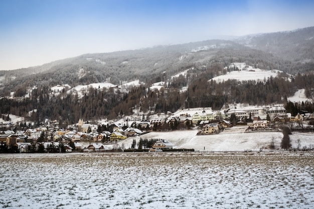 Prachtig uitzicht op de oostenrijkse hooglandstad bedekt met sneeuw