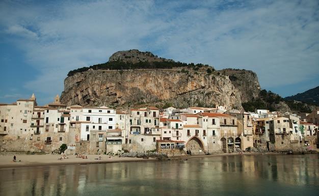 Prachtig uitzicht op de oude middeleeuwse stad cefalu, stadje aan de zee in sicilië, italië