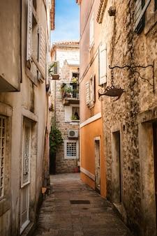 Prachtig uitzicht op de oude smalle straat op zonnige dag