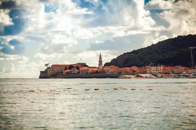 Prachtig uitzicht op de oude stad met rode daken en verdedigingstoren op zeejas