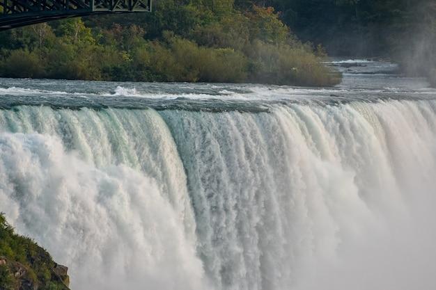 Prachtig uitzicht op de prachtige niagra falls, vastgelegd in canada