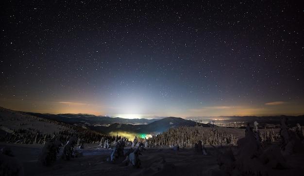 Prachtig uitzicht op de prachtige skipistes op een late sterrennacht