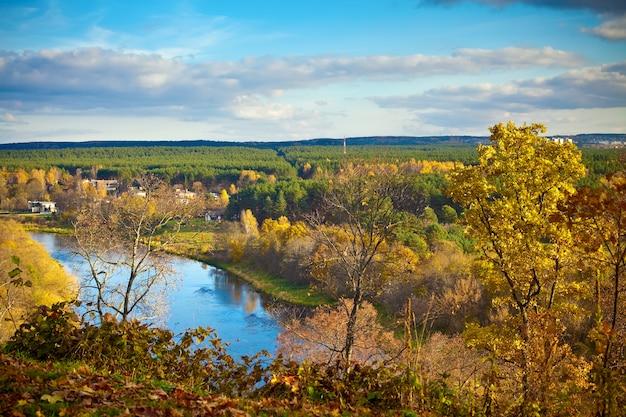 Prachtig uitzicht op de rivier de neris in vilnius in de herfst, litouwen