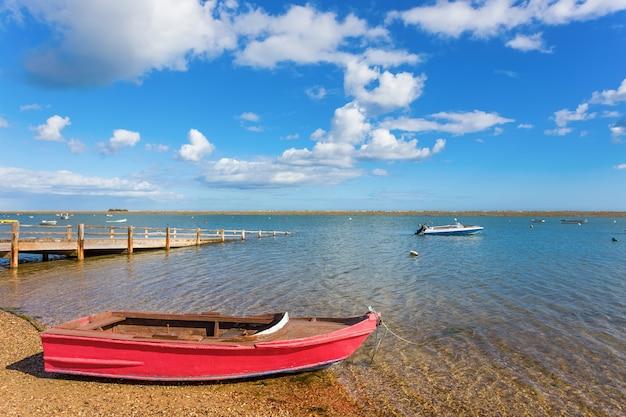 Prachtig uitzicht op de rivier, het meer met een boot op het water. zomer.