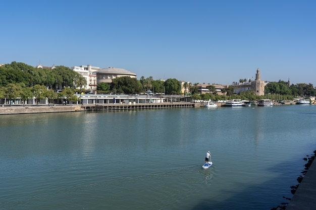 Prachtig uitzicht op de rivier in sevilla, spanje