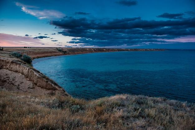 Prachtig uitzicht op de rotsachtige kliffen naar de zee, tarhankut, de krim, rusland