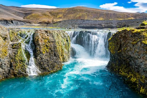 Prachtig uitzicht op de sigoldufoss-waterval in het natuurreservaat fjallabak