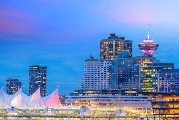 Prachtig uitzicht op de skyline van de binnenstad van vancouver, british columbia, canada bij zonsondergang