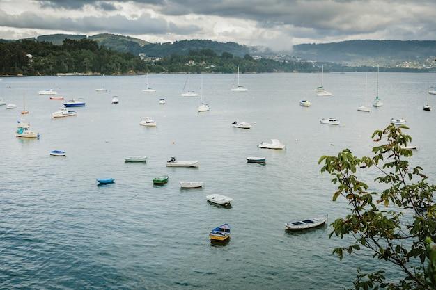 Prachtig uitzicht op de spaanse noordkust met kleine boten