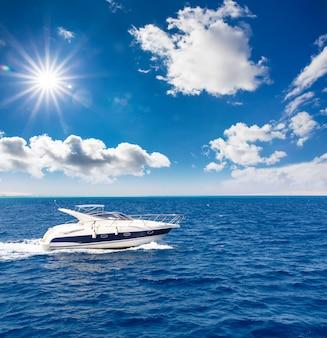 Prachtig uitzicht op de speedboot