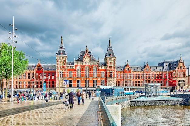 Prachtig uitzicht op de straten oude gebouwen mensen dijken van amsterdam Premium Foto